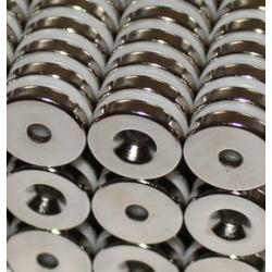 Reiällinen kiekkomagneetti 14x3mm (uppokanta)