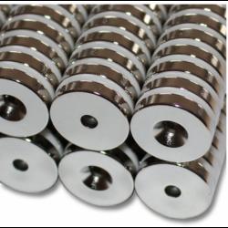 Reiällinen kiekkomagneetti 20x4mm (uppokanta)